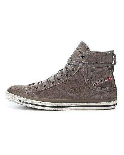 Till herr från Diesel, en grå höga sneakers.