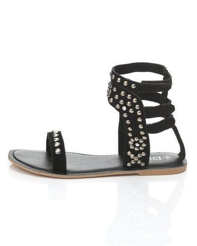 Till dam från Dixie, en svart sandal.