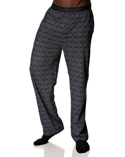 Till herr från Emporio Armani, en grå pyjamas.