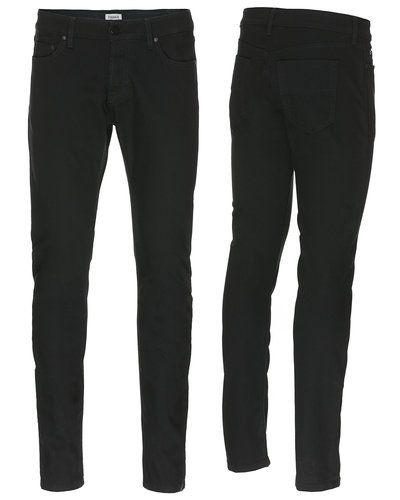 Till herr från Filippa K, en svart slim fit jeans.