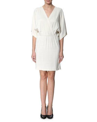 Till tjejer från Filippa K, en vit studentklänning.