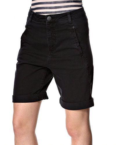 Till dam från Fiveunits, en svart shorts.
