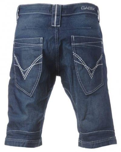 Till killar från Gabba, en jeansshorts.