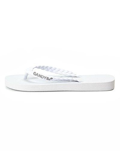 Till dam från Gandy, en vit sandal.