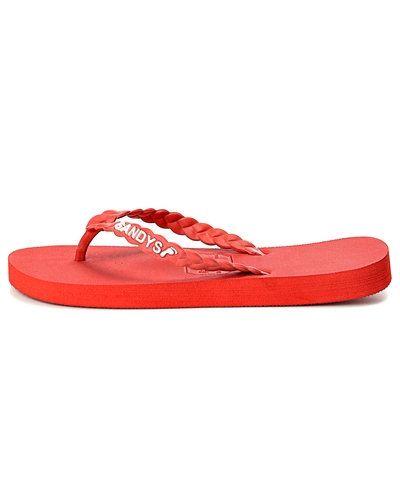 Till dam från Gandy, en röd sandal.