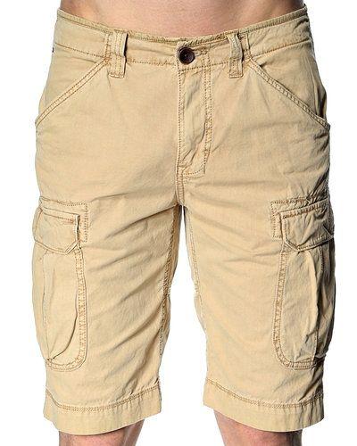 Till killar från Hilfiger Denim, en beige jeansshorts.