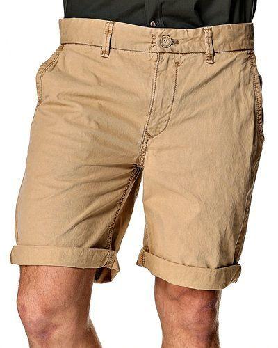 Till killar från Hilfiger Denim, en gul jeansshorts.