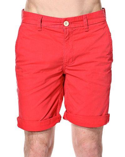 Till killar från Hilfiger Denim, en flerfärgad jeansshorts.