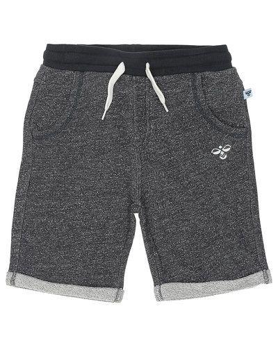 Till kille från Hummel Fashion, en shorts.