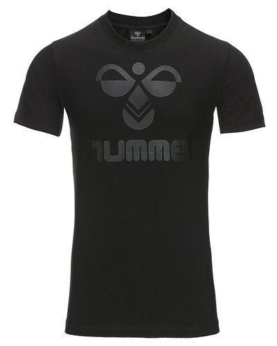 Till kille från Hummel Fashion, en svart t-shirts.