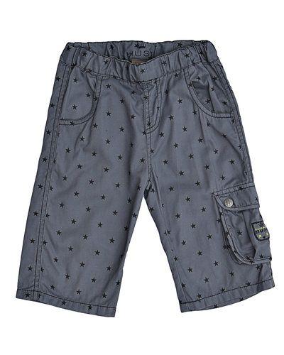 Till herr från Hust & Claire, en grå shorts.