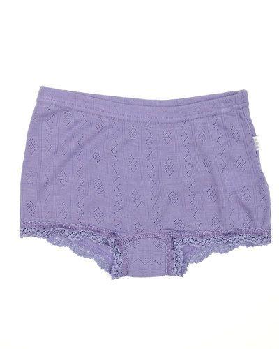Till barn från Joha, en lila underklädesplagg.