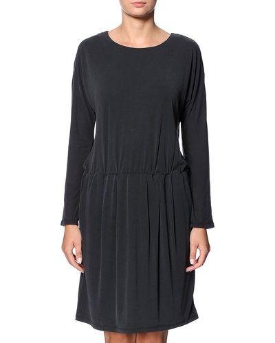 Till dam från JUST FEMALE, en svart miniklänning.
