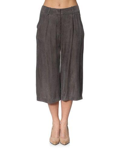 Till dam från JUST FEMALE, en grå shorts.