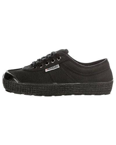 Till dam från Kawasaki, en svart sneakers.