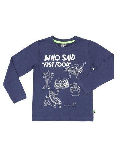 Till kille från Kids-up, en lila tröja.