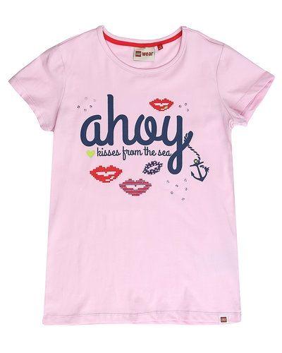 Till dam från LEGO Wear, en rosa t-shirts.