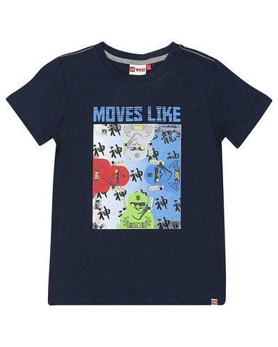 Till kille från LEGO Wear, en blå t-shirts.