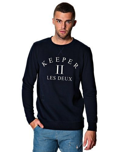 Till killar från Les Deux, en blå sweatshirts.