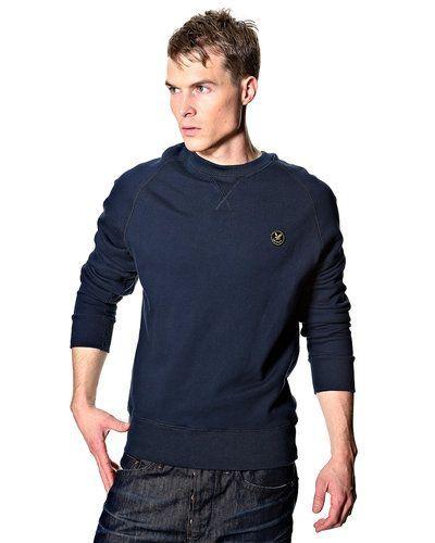 Till killar från Lyle & Scott, en blå sweatshirts.