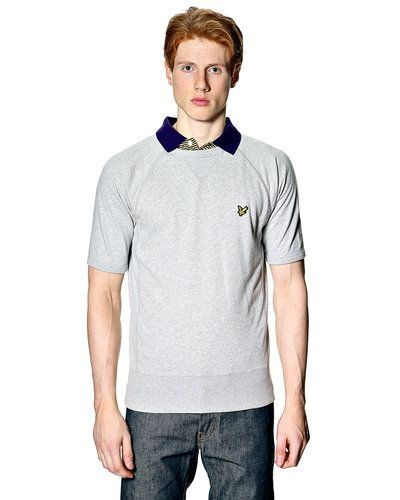 Till killar från Lyle & Scott, en grå sweatshirts.