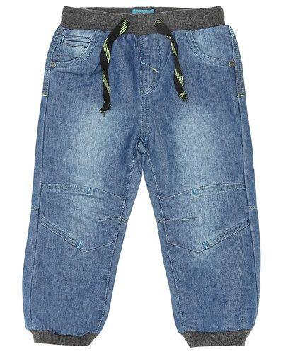 Till kille från me Too, en blå jeans.