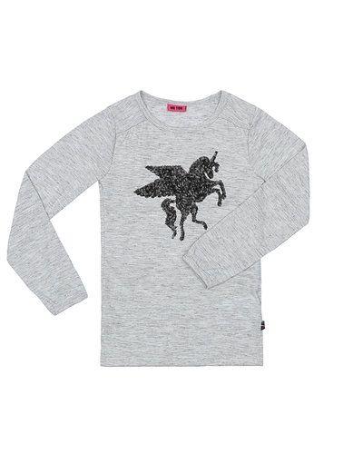 Till tjej från me Too, en grå tröja.