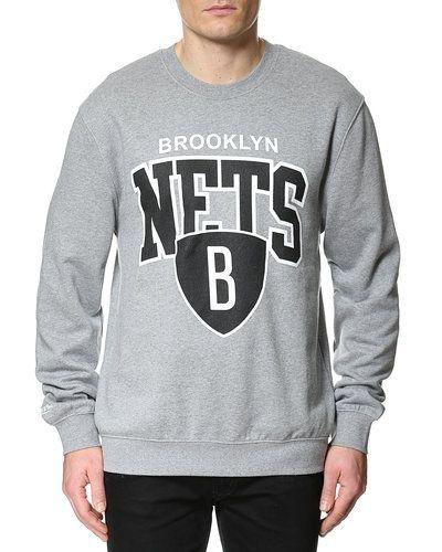 Till killar från Mitchell & Ness, en grå sweatshirts.