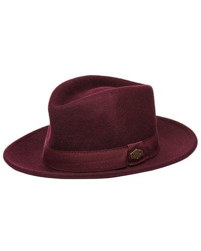 Röd hatt från MJM till dam.