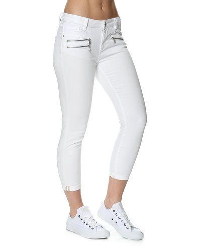 Till dam från Mos Mosh, en vit jeans.