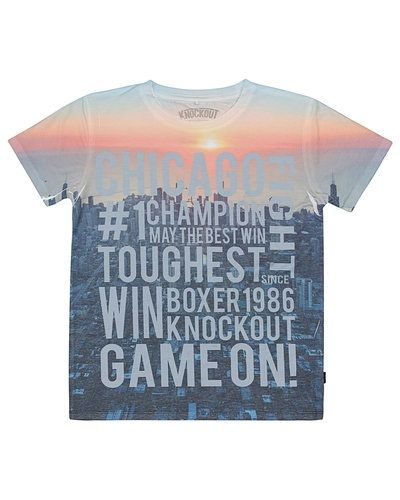 Till kille från Name it, en flerfärgad t-shirts.
