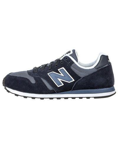 Till herr från New Balance, en blå sneakers.
