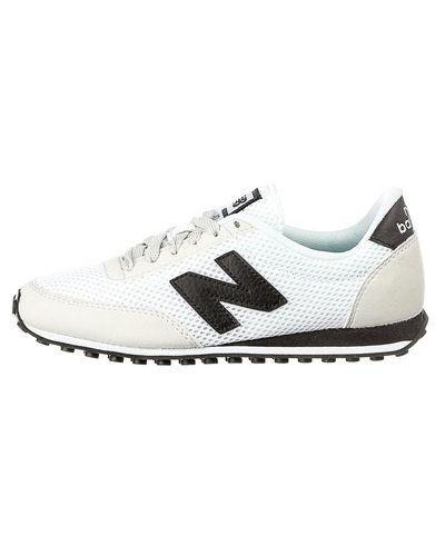 Vit sneakers från New Balance till dam.