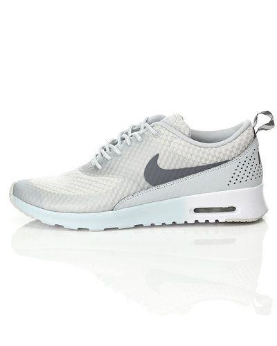 b0e71d39684 Till dam från Nike, en grå sneakers.
