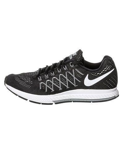 Till herr från Nike, en svart löparsko.