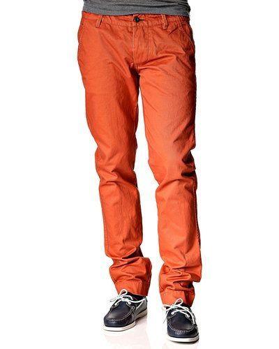 Till killar från NN.07, en orange chinos.
