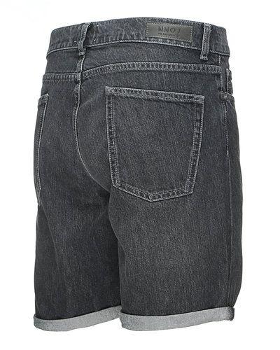 Till herr från NN.07, en grå shorts.
