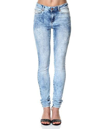 Noisy May blandade jeans till dam.