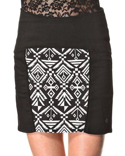 Till kvinna från Nümph, en svart kjol.