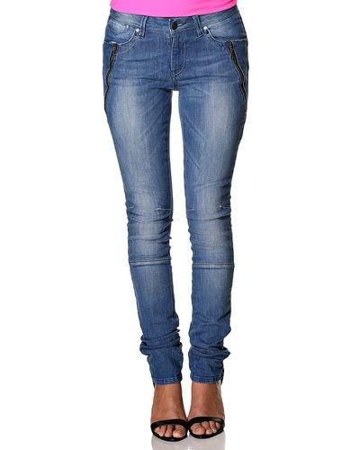 Till dam från Object, en blå jeans.