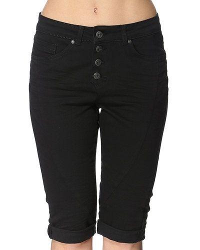 Till dam från Object, en svart shorts.