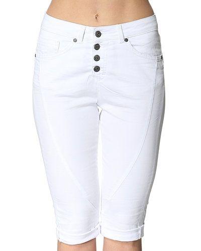 Till dam från Object, en vit shorts.
