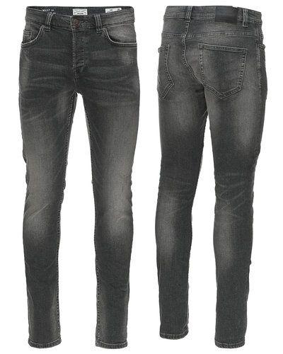 Till herr från Only & Sons, en svart slim fit jeans.