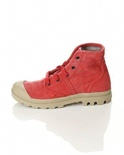 Till dam från Palladium, en röd sneakers.