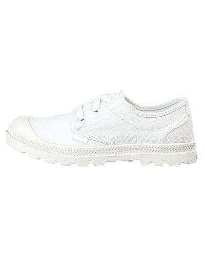 Till dam från Palladium, en vit sneakers.