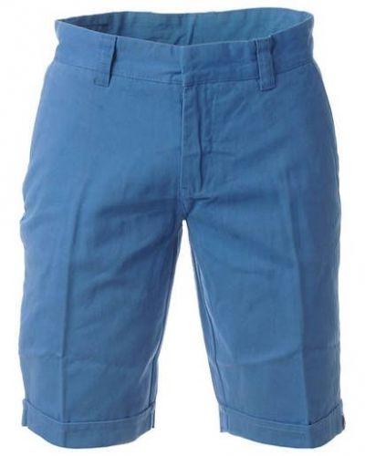 Till killar från Papfar, en blå jeansshorts.