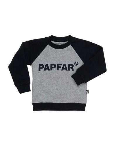 Till kille från Papfar, en grå sweatshirts.