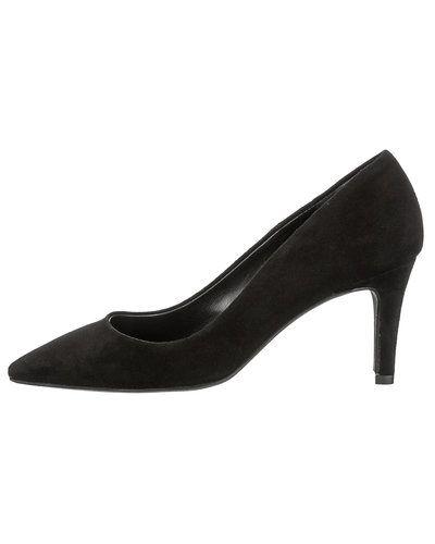 Till dam från Pavement, en svart stilettklack.