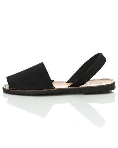 Till dam från Pavement, en svart sandal.