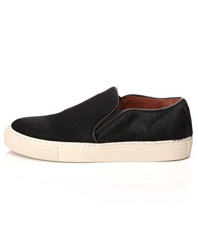 Till dam från Pavement, en svart sneakers.